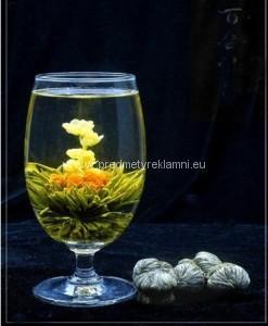 Reklamní kvetoucí čaje květy lilie a jasmínu